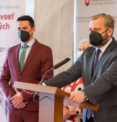Šéf branno-bezpečnostného výboru Juraj Krúpa: Zaráža ma, aké dno dokážu dennodenne prerážať extrémisti